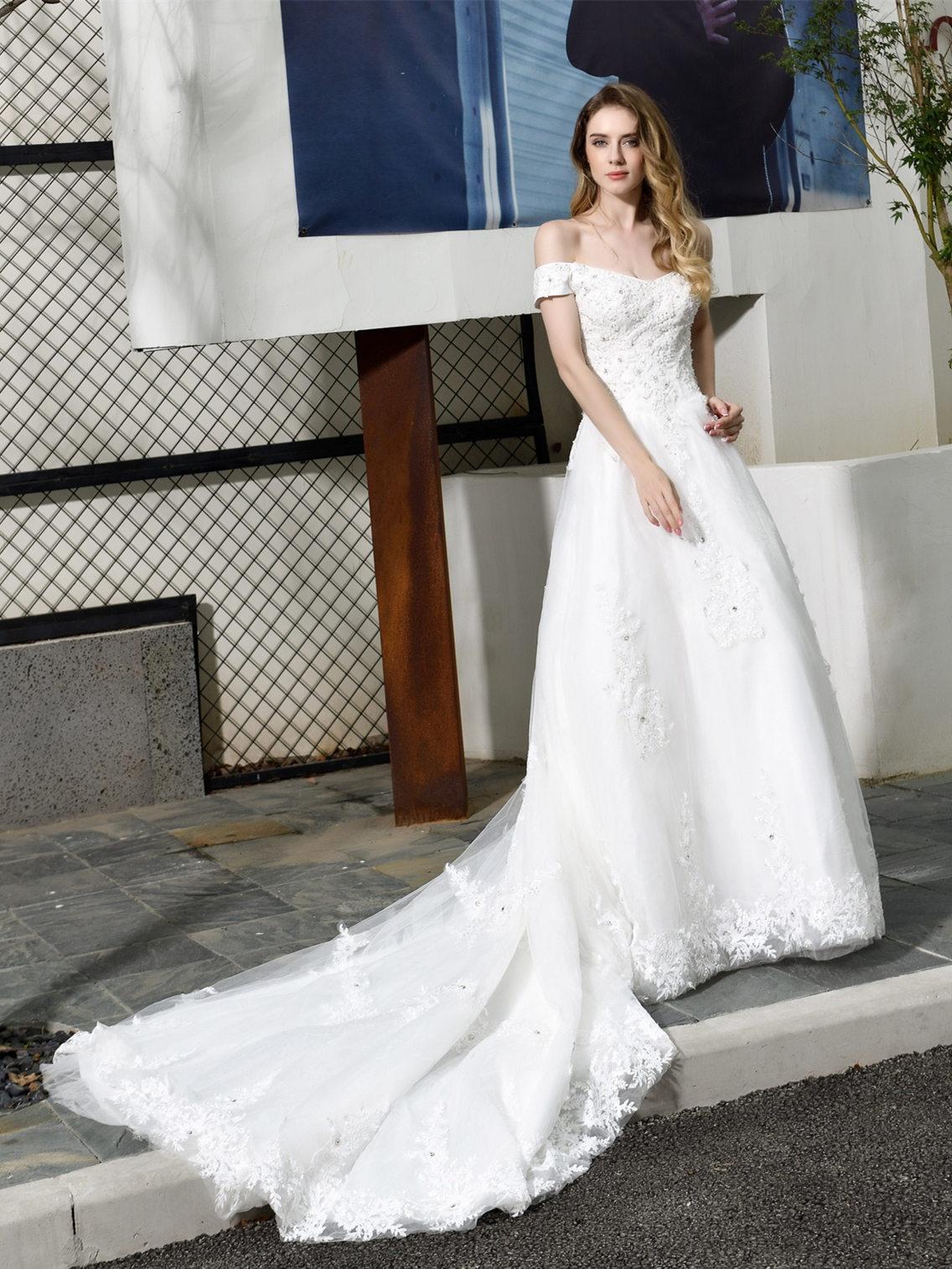 Prinzessin A Linie Brautkleid Weiß Spitze Mit Langer Schleppe Carmen  Ausschnitt